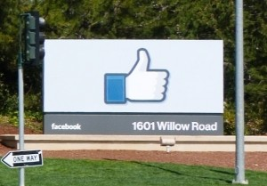 Entrance to Facebook headquarters complex in Menlo Park, California © LPS.1 | Wikimedia Commons