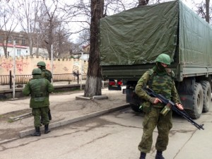 Russian soldiers without insignia Russia guard buildings in the Crimean capital, Simferopol, March 2, 2014. © E. Arrott | voanews.com