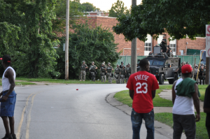 Facing the SWAT team in Ferguson, Aug.15, 2014 © Loavesofbread | Wikimedia Commons