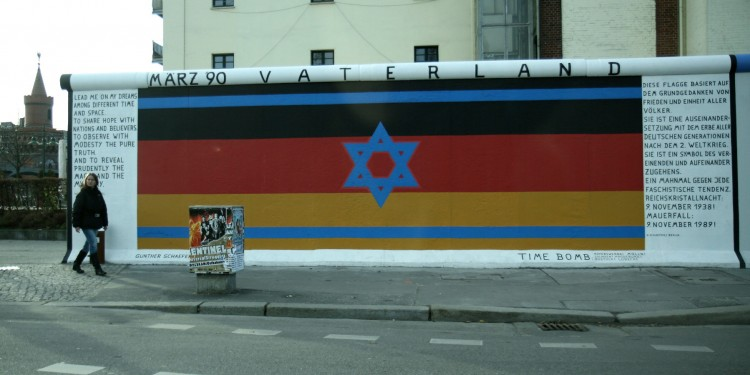 An ironic flag: the German-Israeli connection as depicted in Berlin © Marla Showfer | Flickr
