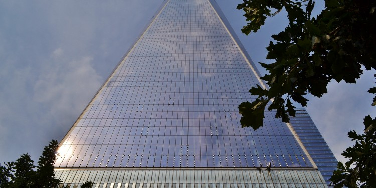 The new One World Trade Center building photographed from the 9/11 Memorial © gigi_nyc | Flickr