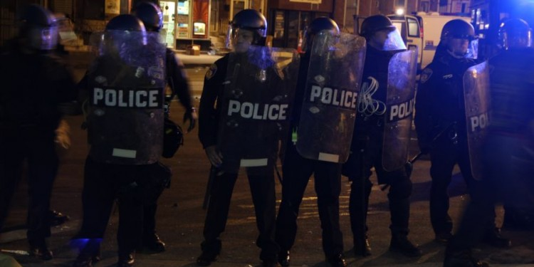 Riot police form a line to push back protesters and media, Baltimore, April 28, 2015. © Victoria Macchi | VOA News