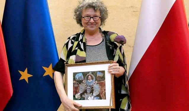 Ann Snitow holding the NSSR Europe Courage in Public Scholarship Award © TCDS