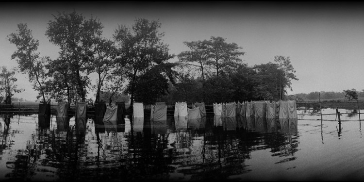 Flooded makeshift latrines contaminating water in refugee camp in Bihar, India © Balazs Gardi | Flickr