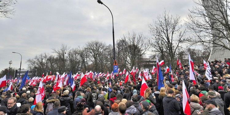 Demonstration organized by the Committee for the Defense of Democracy (KOD) in front of the Sejm in Warsaw, 19 December 2015 © Adrian Grycuk | Wikimedia Commons