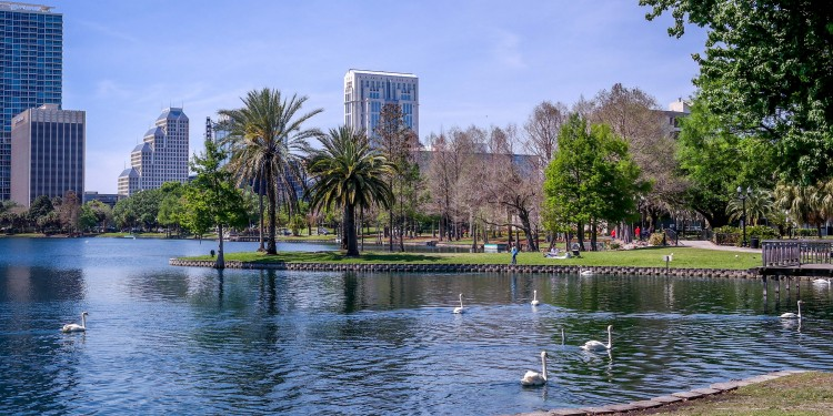 The view at Lake Eola, a sinkhole lake in Orlando © Visitor7 | Wikimedia Commons