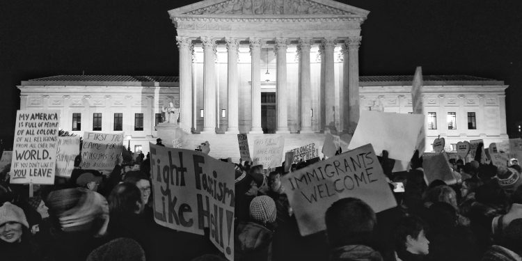 Live! Protest in front of the US Supreme Court © Geoff Livingston | Flickr
