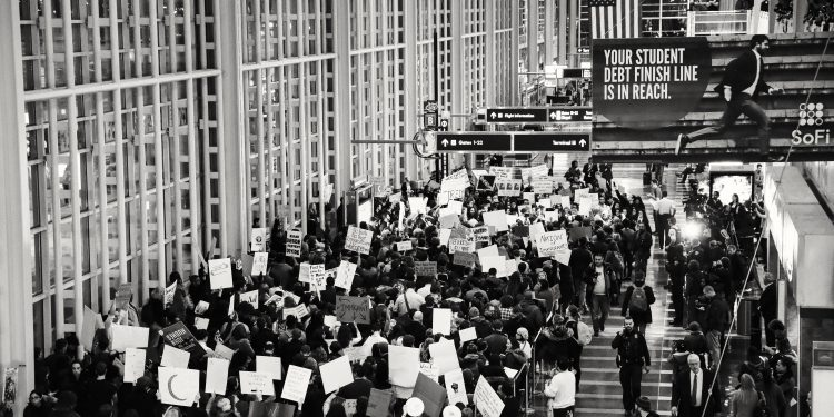 The Rally for Refugees Protest at Reagan National Airport on 2/1/17. © Geoff Livingston   Flickr