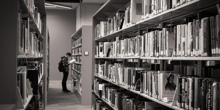 Student in the stacks © suzykorreck | Flickr