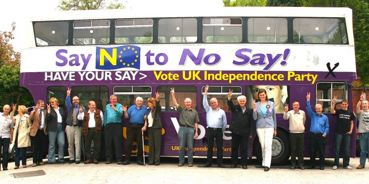 UKIP members pose with populist slogan and imagery © Euro Realist Newsletter | Flickr